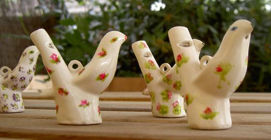 Blanc cassé ou décoré (décor peint et cuit à Bayeux), voici les fameux sifflets à eau.