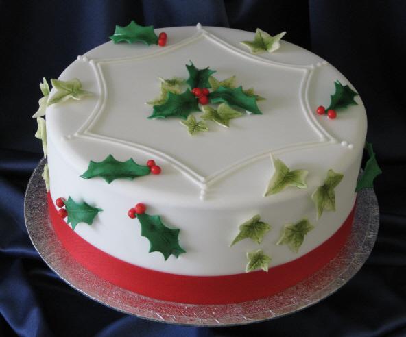 Gâteau-de-Noël-décoré-de-feuilles-de-gui