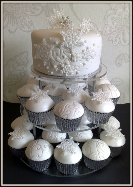 winter-wedding-cake-with-cupcakes