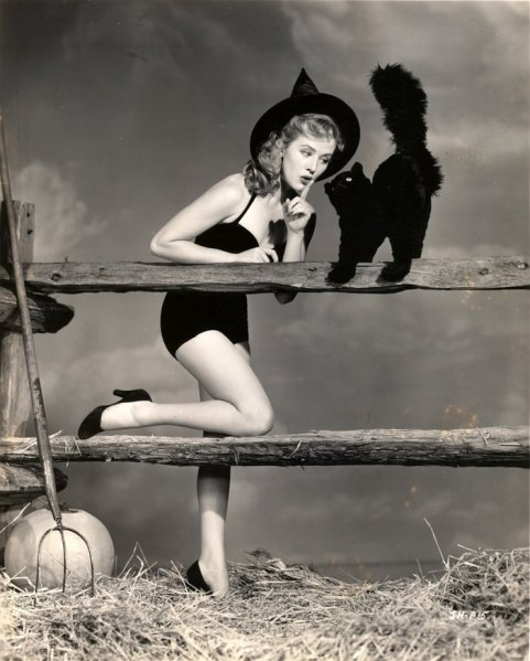 Vintage-Halloween-Pin-Up-Girls-011