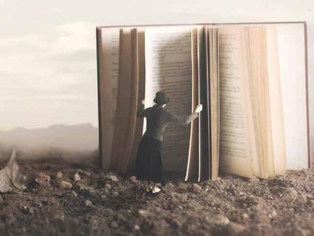 Donna-storia-apre-libro-725x545.jpg